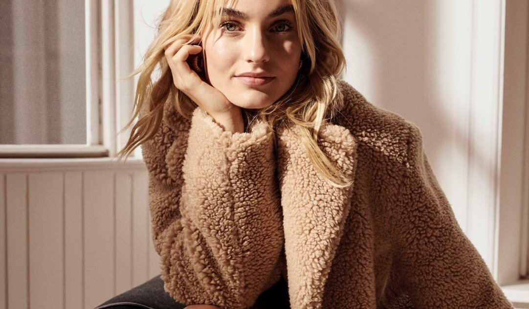 Model wearing the Teddy Cocoon sherpa jacket in the colour Sanders.